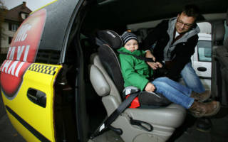 Казахстан ребенок 3 года в машине на руках у родиьелей